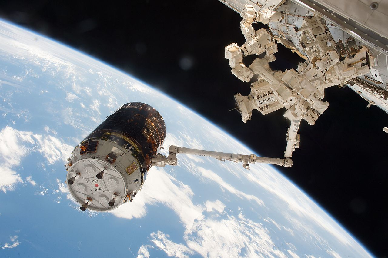 HTV-6_grappled_by_the_International_Space_Station's_robotic_arm_(2)
